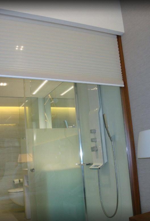 Transparantie met plisse gordijnen in de badkamer ...
